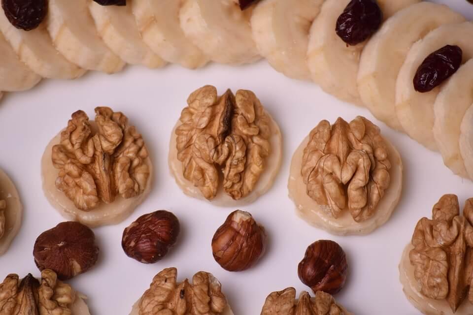 Nüsse und Bananen bei Magnesiummangel